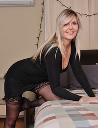 Hot housewife Velvet Skye playing in bed